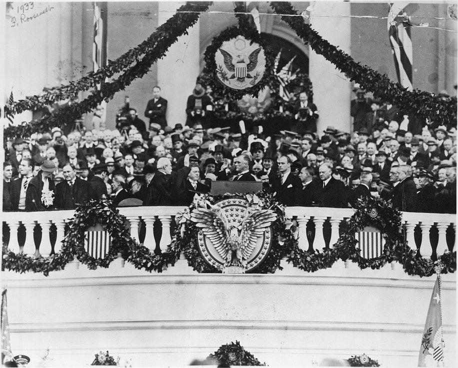 1933, Franklin D. Roosevelt. Jeden z nejdůležitějších prezidentů USA. Jediný, který byl ve funkci po tři volební období, jedna z tváří vítězné protihitlerovské koalice. Zároveň byl první, který skládal přísahu 20. ledna, z čehož se stala ústavní povinnost