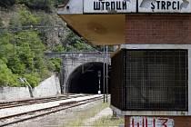 Deset údajných pachatelů vražd dvaceti cestujících nesrbské národnosti unesených před 22 lety v bosenské železniční stanici Štrpci obžalovala v pondělí bosenská prokuratura vyšetřující válečné zločiny.