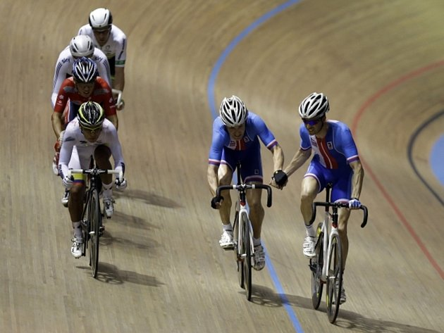 Dráhoví cyklisté Martin Bláha (druhý zprava) a Vojtech Hačecký se radují ze stříbra v madisonu na MS.