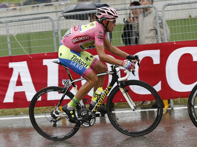Alberto Contador udržel růžový trikot pro lídra Gira d'Italia.