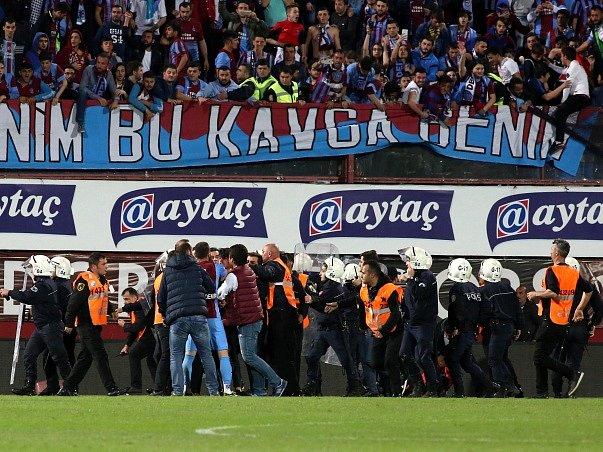 Konflikt při zápase Fenerbahce - Trabzonspor.