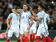 Fotbalisté Anglie se radují z gólu proti Španělsku.