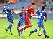 Patrik Schick (v červeném) se snaží prosadit proti Ázerbájdžánu.