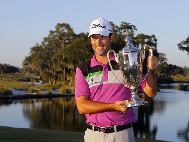 Golfista Robert Streb s trofejí pro vítěze turnaje kategorie PGA v Sea Island.