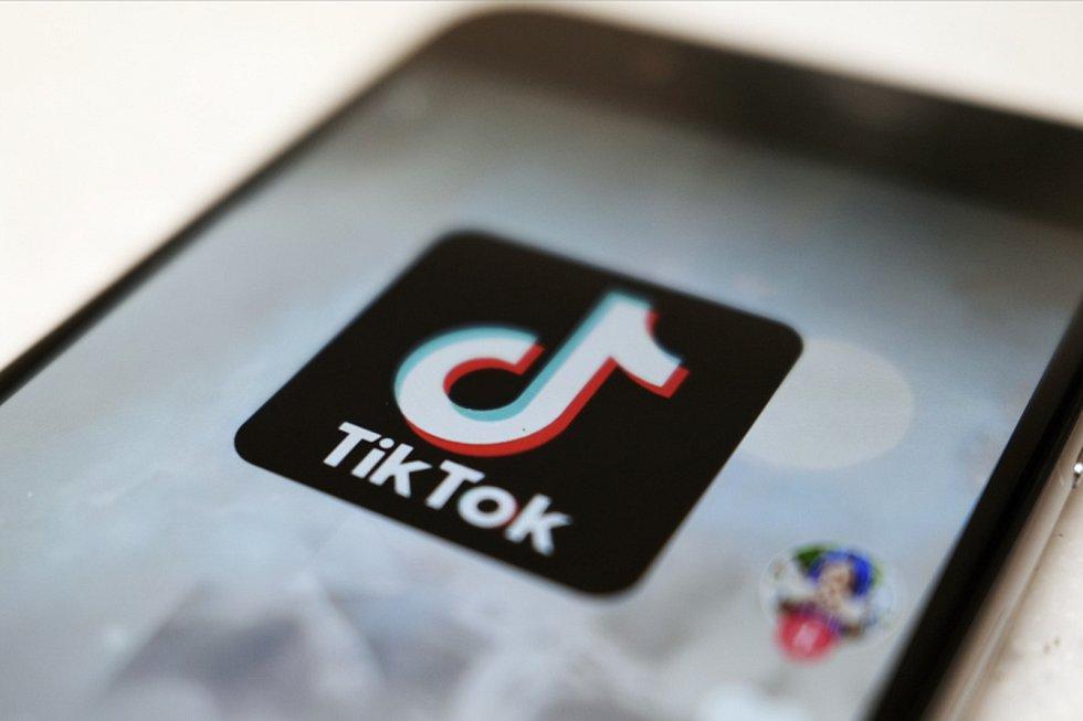 Mobilní aplikace TikTok je velmi oblíbená.