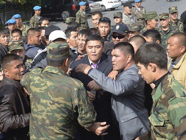Předseda strany Vlast Kamčybek Tašijev uprostřed pouličního nepokoje