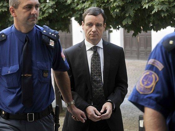Policejní eskorta přivádí obviněného poslance a bývalého středočeského hejtmana Davida Ratha (dříve ČSSD) k Okresnímu soudu pro Prahu-východ