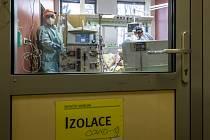 Zdravotníci ošetřují pacienta s nemocí covid-19 na infekčním oddělení Masarykovy nemocnice v Ústí nad Labem (na snímku z 16. listopadu 2020)