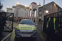 Policejní vůz před londýnskou mešitou poblíž parku Regent's Park, kde byl pobodán muž.