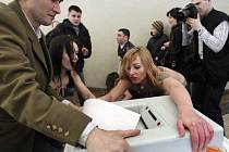 Sličné polonahé demonstrantky z ukrajinské skupiny Femen udeřily i během ruských prezidentských voleb, a to přímo v moskevské volební místnosti, kde o chvíli dříve hlasoval premiér Vladimir Putin.