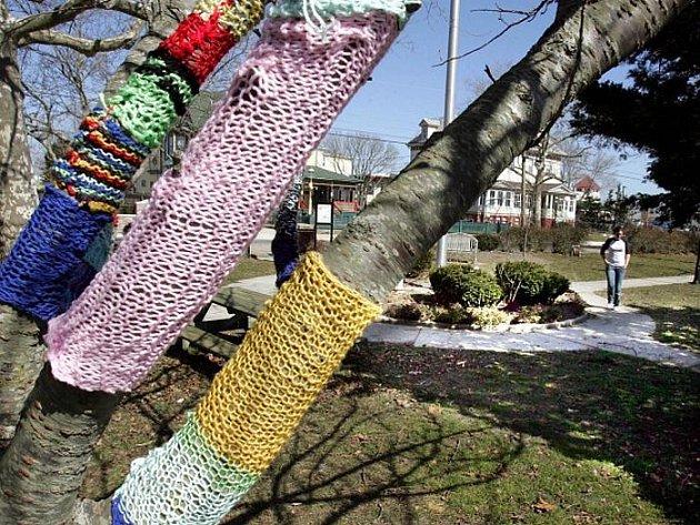 Policie v městečku West Cape May v americkém New Jersey pátrají po neznámém pletaři či pletařce, který obléká do svých výtvorů stromy a pouliční lampy.