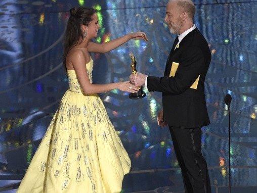 Alicia Vikanderová přebírá cenu za nejlepší herečku ve vedlejší roli