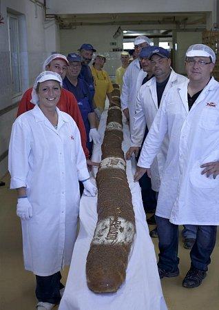 Nejdelší chléb vČesku měří 11metrů a váží 72kilogramů.
