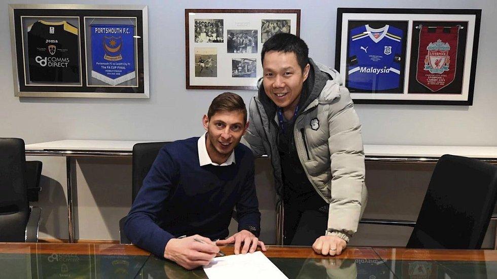 Fotbalista Emiliano Sala při podpisu smlouvy s Cardiff City