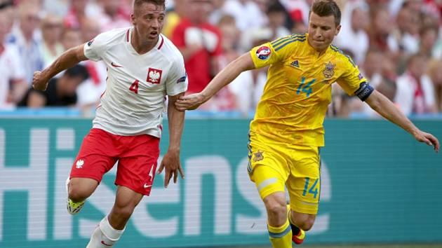 Thiago Cionek z Polska (vlevo) a Ruslan Rotaň z Ukrajiny.