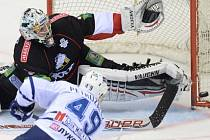Jakub Petružálek z moskevského Dynama skóruje ve finále KHL proti Čeljabinsku.