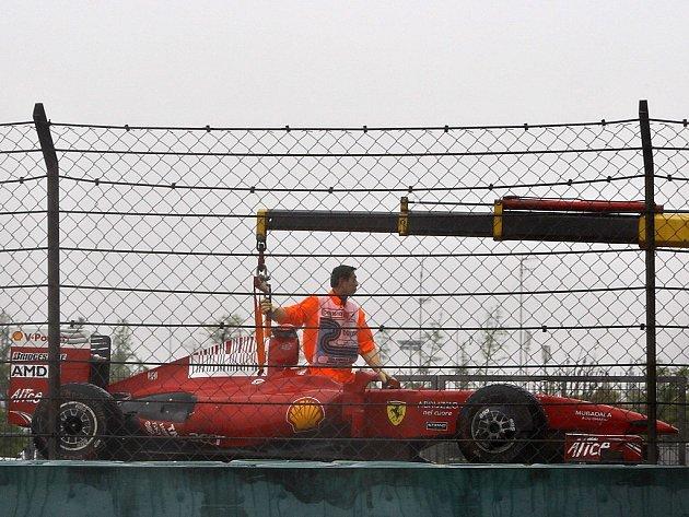 Felipe Massa v Číně nedojel, skončil kvůli poruše elektorniky jeho Ferrari.