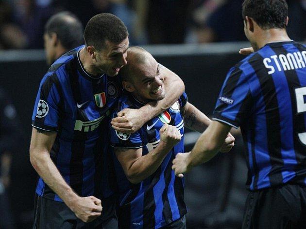 Wesley Sneijder z Interu Milán (uprostřed) se raduje se svými spoluhráči Thiago Mottou (vlevo) a Dejanem Stankovičem z gólu proti Barceloně.