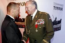 Generál Josef Hercz s režisérem snímku TObruk Václavem Marhoulem na premiéře.