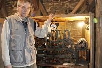 Elektrikář Leoš Pravda se už devět let věnuje zajímavé vedlejší činnosti, stará se o věžní hodiny v kostele sv. Apolináře v Horšovském Týně na Domažlicku. Když se hodiny v roce 2002 rozbily, pověřil ho jejich opravou arciděkan Petr Bednář.