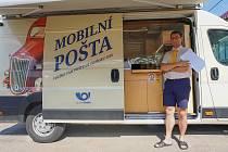 Mobilní pošta v Moravské Nové Vsi na Břeclavsku. Nová služba pojízdné pobočky funguje po řádění tornáda na jižní Moravě také ještě v Lužicích.