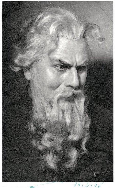 Václav vydra starší jako stavitel Alquist ve hře R.U.R.
