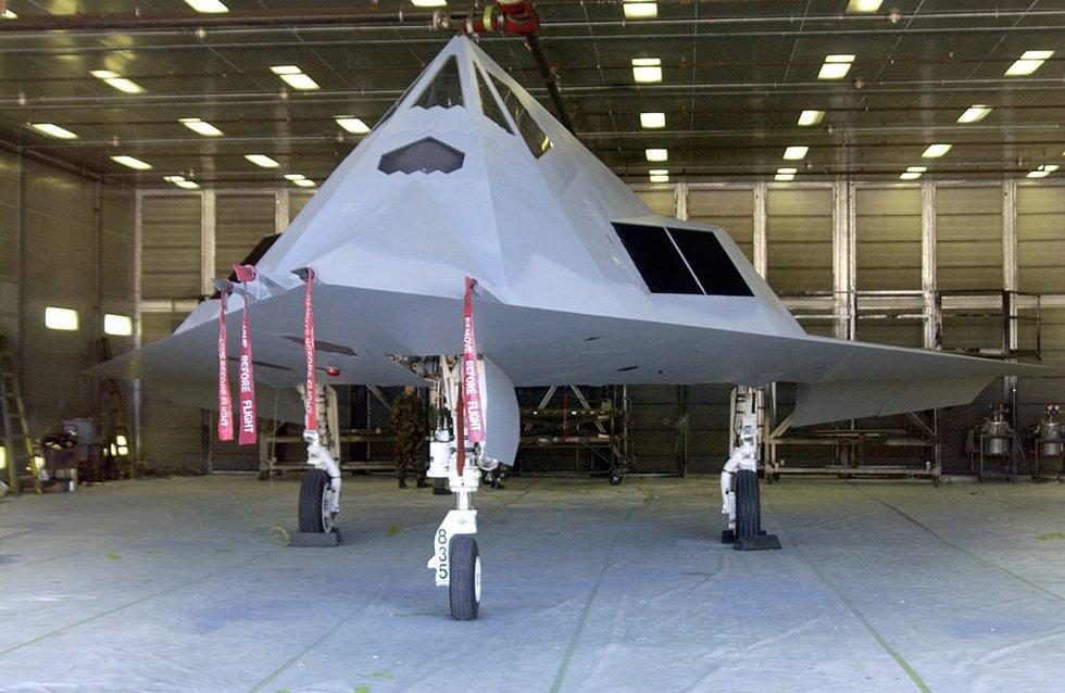 Pohled zblízka. Letadlo F-117A využívá stealth technologii. Laicky řečeno, je neviditelné pro většinu radarů. Právě kvůli požadavku malého radarového odrazu má netypické hrany. Foto: Wikimedia Commons, SSGT JASON COLBERT, volné dílo