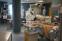 Zdravotníci u pacientů na jednotce intenzivní péče v nemocnici v Římě, 9. dubna 2020
