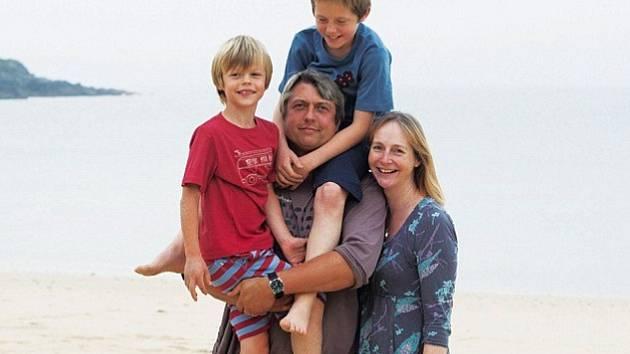 Čtyřiačtyřicetiletý muž, podnikatel a táta dvou dětí, je na snímku s vývodem, který má zavedený po dlouhém boji s rakovinou prostaty.