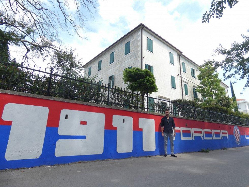 Vedle pláží, na sídlišti, u mostů – po celé Dalmácii najdete místa, která posprejovali fanoušci Hajduku Split. Toto graffiti se nachází v Kaštelu Lukšić, kde Stefan Simič odpovídal na otázky Deníku