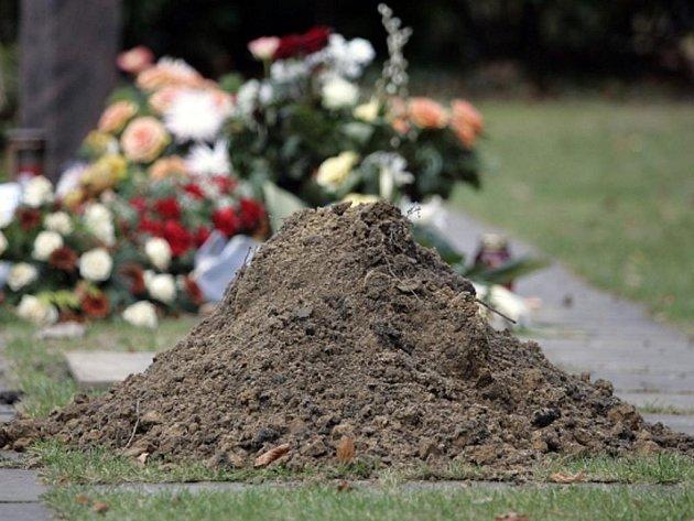 Mladý Srílančan se pokusil stanovit rekord v délce času, jaký kdo strávil pohřbený zaživa. Svůj pokus ale nepřežil.