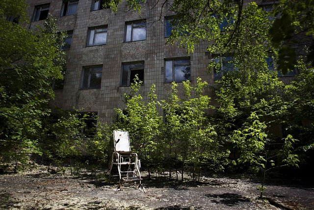 Pripjať. Nad opuštěným městem přebírá kontrolu příroda.