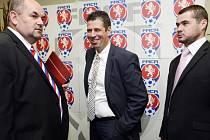 Zleva předseda Fotbalové asociace ČR (FAČR) Miroslav Pelta, Petr Doležal a člen výkonného výboru Petr Voženílek