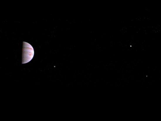 Na snímku, který zveřejnila americká vesmírná agentura NASA, je vidět Sluncem osvětlená polovina Jupiteru i tři jeho měsíce.