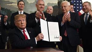 Americký prezident Donald Trump podepsal v přítomnosti izraelského premiéra Benjamina Netanjahua dekret, ve kterém uznává izraelskou svrchovanost nad Golanskými výšinami.