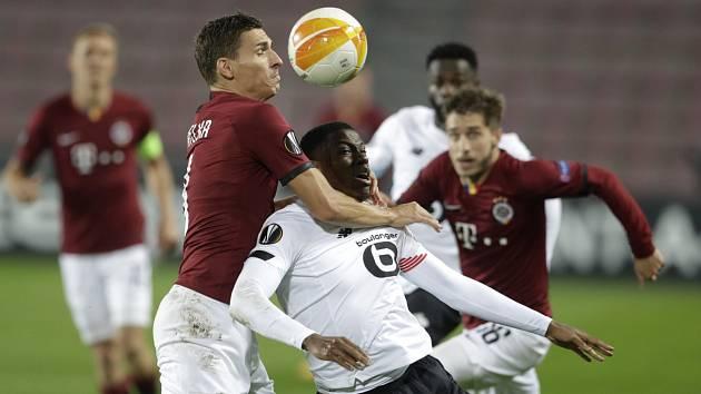 David Pavelka (v červeném) měl s Jonatanem Davidem spoustu práce. Přestože se sniper Lille neprosadil, mohl se po zápase smát on. Francouzský celek na Letné vyhrál 4:1.