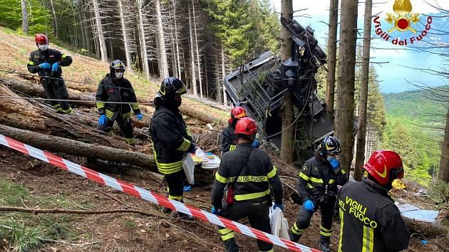 Záchranné práce po pádu kabinky lanovky v Itálii