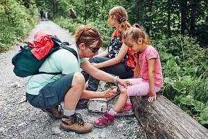 Dětem se během dovolené či výletů často povede způsobit si nějaké to zranění. Proto by ve výbavě neměla chybět lékárnička.