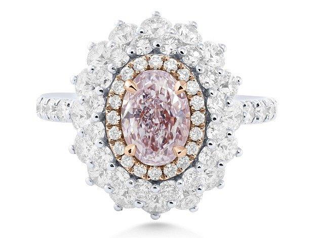 V Česku se poprvé prodává šperk s přírodně růžovým diamantem.