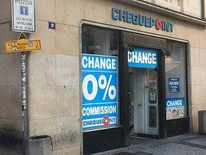 Jedna z největších směnáren Staroměstského náměstí, která se sice chlubí nulovým poplatkem, nicméně třeba za euro dostane klient pouhých 17 korun. Prý se jedná o marži.