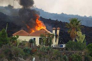 Ostrov La Palma sužuje sopečný popel. Obyvatelé vyrážejí do ulic s deštníky