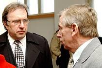 Duchovní Petr Kobiela s Bohumilem Zelenkou, otcem Petr Zelenky, u hradeckého soudu. Ilustrační fotografie