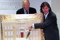 Ve věku 90 let zemřel producent skupiny The Beatles George Martin.