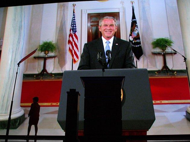 Jen osm minut času dostal George Bush na republikánském konventu. Žádný klíčový projev, pouze krátký vstup přes satelit. Jen s takovou vedlejší rolí se musel v noci z úterý na středu spokojit americký prezident George Bush na republikánském konventu.