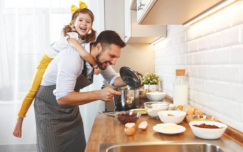 Vařit pro celou rodinu může být i zábava. Zapojte do přípravy oběda či večeře i své děti.