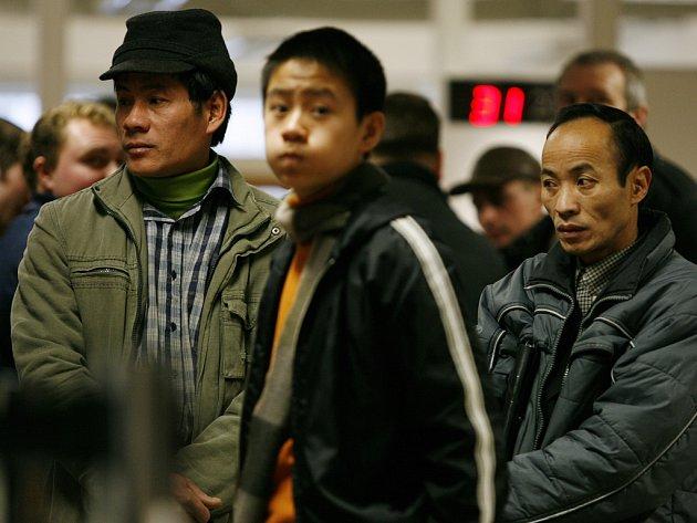 Bez práce se kvůli prohlubující se hospodářské krizi ocitne do konce března kromě několika desítek tisíc Čechů i 12 tisíc cizinců, převážně ze zemí mimo EU.