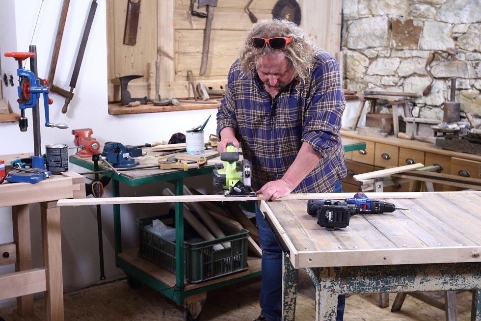 Dřevěná prkna zkrátíme na rozměry odpovídající stávající desce stolu.