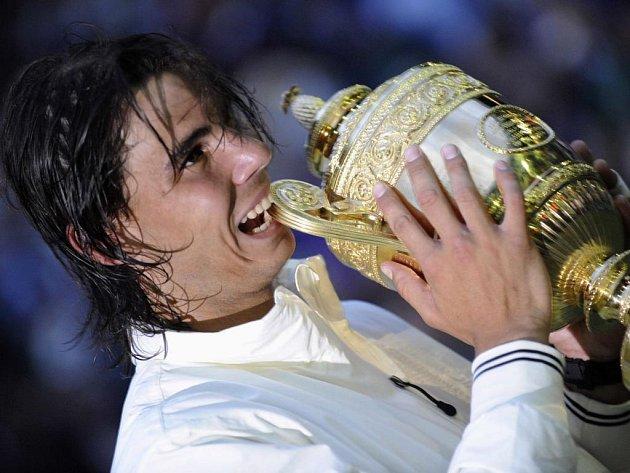 Konečně. Rafael Nadal zlomil Federera i na trávě a vyhrál slavný Wimbledon.