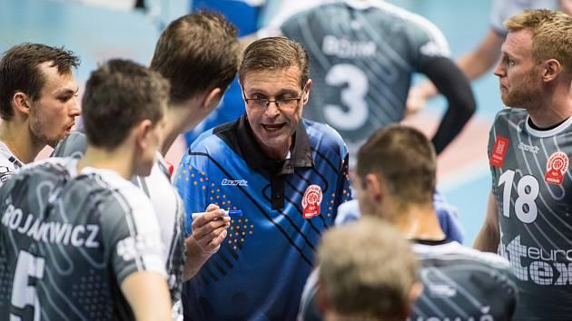 Trenér Kop při poradě s hráči.