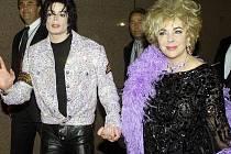 Elisabeth Taylorová s Michaelem Jacksonem na archivním snímku